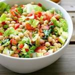 Овощной салат с пророщенным нутом для снижения холестерина и хорошего пищеварения